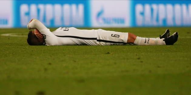 Marco Verratti allongé sur le terrain du Camp Nou après l'élimination du PSG face au Barça le 8 mars 2017.