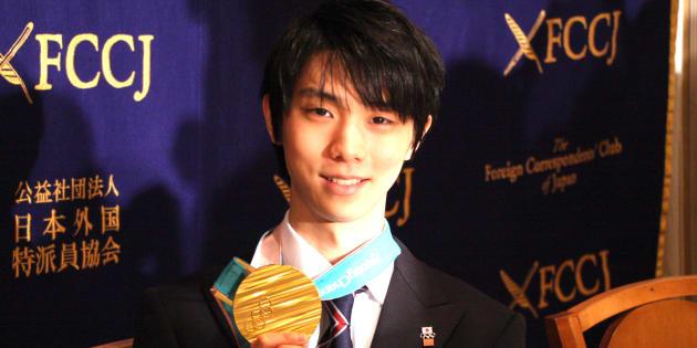 メダルを手に微笑む羽生結弦選手(2018年2月27日=日本外国特派員協会)