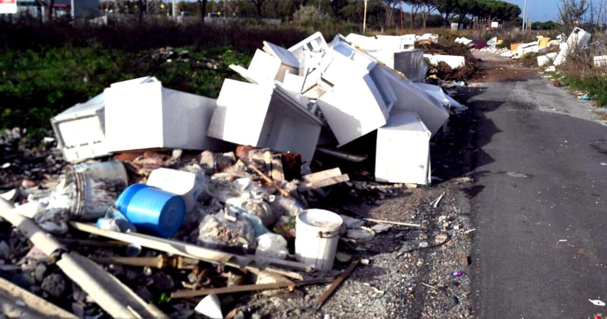 Roma, mazzette per lo scarico illecito di rifiuti: tredici arresti. Tre sono dipendenti Ama