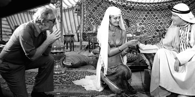 """Lewis Gilbert, Dawn Rodrigues et Roger Moore sur le tournage de """"L'espion qui m'aimait"""" en 1976"""