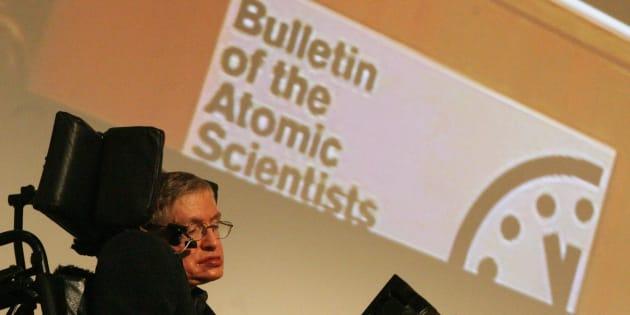 El profesor Stephen Hawking durante la conferencia de prensa conjunta sobre el reloj del fin del mundo, que representa el riesgo del apocalipsis nuclear, en la Royal Society de Londres y la Asociación Estadounidense para el Avance de la Ciencia en Washington, DC, en 2007.