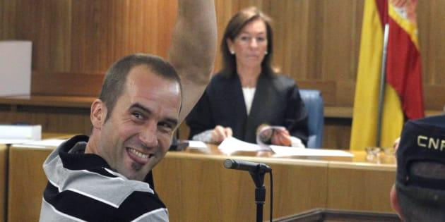 Garikoitz Aspiazu, 'Txeroki', saludando a sus allegados en un juicio celebrado en Madrid en 2011.