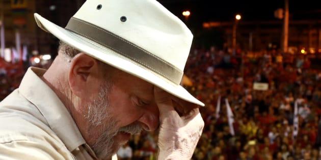 Ex-presidente Lula precisou da proteção de guarda-chuvas para não ser atingido por ovos.