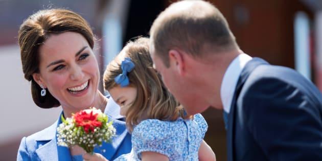 La princesa Carlota entre sus padres, Kate y Guillermo, a su llegada al aeropuerto de Tegel, en Berlín (Alemania) el 19 de julio de 2017.