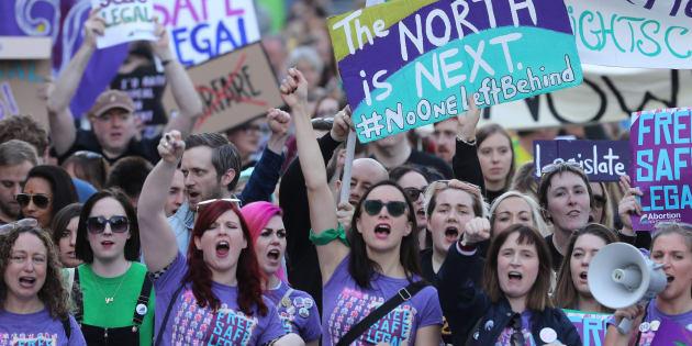 Des manifestantes défilent dans les rues de Dublin, au mois de septembre, pour revendiquer le droit à l'avortement.