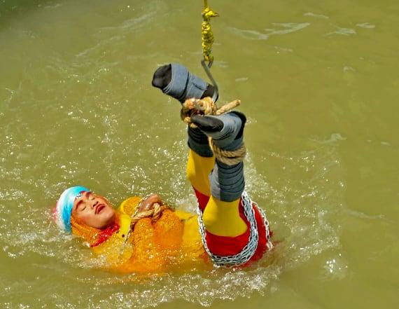 'Indian Houdini' dies during underwater magic act