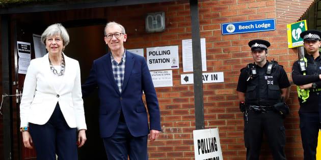 Résultat des élections en Grande Bretagne : Theresa May avec son mari lors de son vote.