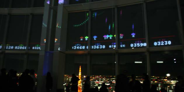 展望台の窓を使った「スペースインベーダーギガマックス」