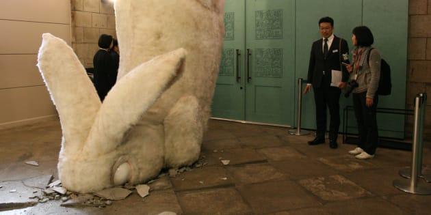 旧博物館動物園駅で公開された巨大なアナウサギのオブジェ