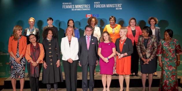 カナダ・モントリオールで開催された女性&G7外相会合で記念撮影に納まる各国外相。前 列中央は河野太郎外相(カナダ・モントリオール)