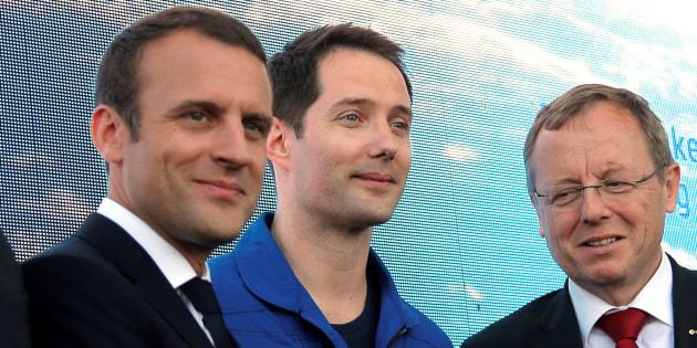 Le président Emmanuel Macron posant aux cotés de l'astronaute Thomas Pesquet.