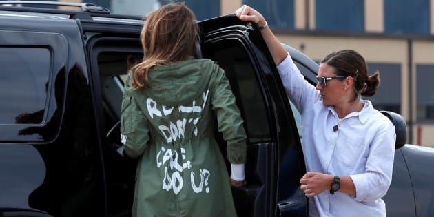 """Melania Trump usando una chamarra de con la leyenda """"Realmente no me importa, ¿a ti?"""" cuando visitó a niños retenidos en la frontera de Texas con México como parte de la política de inmigración """"tolerancia cero"""", implementada por su esposo, el presidente Donald Trump."""