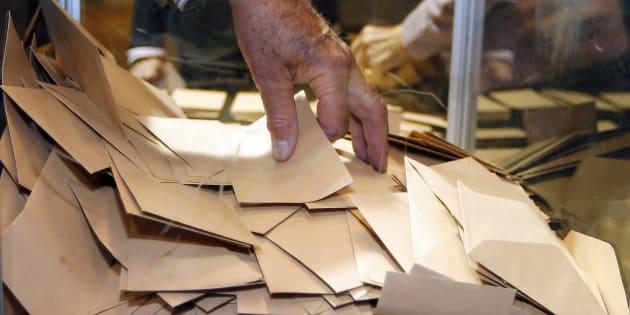 Bulletins de vote dans l'urne (illustration)