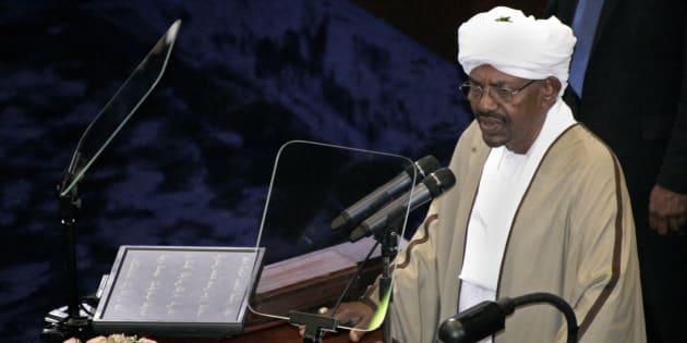 Le président sortant, Omar al-Bashir, récemment réélu après un glissement de terrain prolongeant son règne de 25 ans, prend la parole après avoir prêté serment à l'Assemblée nationale soudanaise à Khartoum, au Soudan.