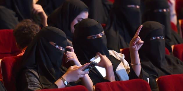 """Due donne saudite al """"Short Film Competition 2"""". Il festival del cinema al King Fahad Culture Center di Riyadh è una rara occasione in cui i cittadini possono vedere film in sala  FAYEZ NURELDINE/AFP/Getty Images)"""