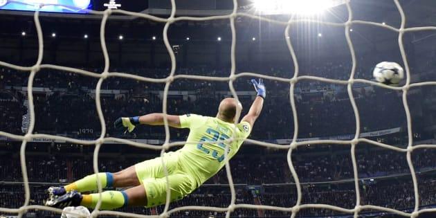 Le gardien du Napoli voit filer la frappe en demi-volée de Casemiro, milieu du Real Madrid, lors de la victoire de son équipe face à Naples en 8e de finale de Ligue des Champions.