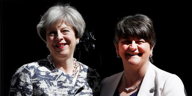 La Première ministre britannique Theresa May et la leader du DUP Arlene Foster, devant le 10 Downing Street à Londres, le 26 juin.