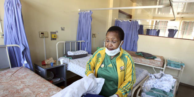 MEC Qedani Mahlangu, who is assisting at Natalspruit hospital during a strike by hospital workers, changes bed linen at the hospital, August 20, 2010. Unions representing striking South African civil servants plan talks with the government on Friday as investors worry about the damage of a prolonged walk-out on Africa's largest economy. The strike by more than 1 million state workers seeking higher wages started on Wednesday. It turned violent on its second day with police firing rubber bullets to disperse protesters blocking busy roads and preventing patients from entering hospitals.    REUTERS/Siphiwe Sibeko (SOUTH AFRICA - Tags: BUSINESS MILITARY POLITICS)