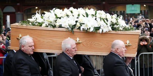Multidão acompanha o funeral de Stephen Hawking.