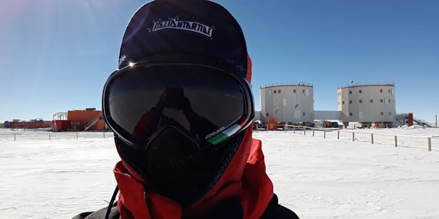 Au-dessus de mon épaule, la base Concordia. Le froid est tel qu'il ne faut laisser aucun centimètre carré de peau à découvert.