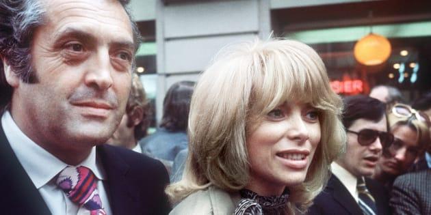Le réalisateur français Georges Lautner est accompagné de l'actrice Mireille Darc en mai 1971, à Paris.