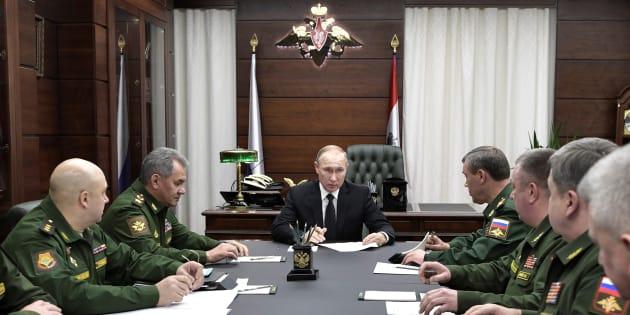 Le Président russe Vladimir Poutine, entouré du ministre de la Défense Sergei Choïgu (à gauche sur la photo) et du Chef d'état-major Valery Gerasimov (à droite sur la photo) lors d'une réunion avec les responsables de l'armée au ministère de la Défense à Moscou, le 22 décembre 2016.