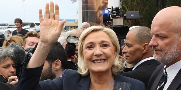 """Marine Le Pen se réjouit du futur gouvernement populiste en Italie et """"des perspectives époustouflantes"""" qu'il ouvre"""