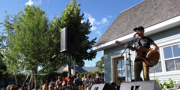 Vincent Vallières qui a livré un spectacle surprise dans la cour arrière d'une résidente de Baie-St-Paul.