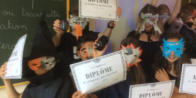 """À la fin de l'année, les élèves reçoivent un diplôme d'""""apprenti hoaxbuster"""", ils prêtent serment sur la tête de la souris et répètent: """"avant d'utiliser ou de transmettre une info, toujours je la vérifierai""""."""