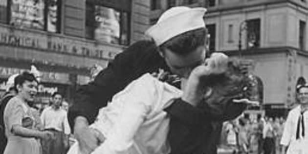 Morto il marinaio di Times Square
