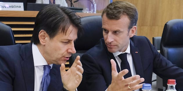 epa06836213 Italian Prime Minister Giuseppe Conte (L) and French President Emmanuel Macron (R) talk as they attend the informal meeting on migration and asylum issues in Brussels, Belgium, 24 June 2018. European Commission President Jean-Claude Juncker hosts the gathering ahead of a full summit of all 28 European Union leaders to overhaul the EU asylum system on June 28.  EPA/OLIVIER HOSLET