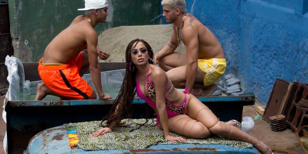 Anitta volta às origens no funk em 'Vai Malandra'.
