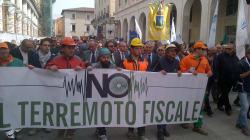 Migliaia in corteo all'Aquila, no alla restituzione delle tasse. Il sindaco: