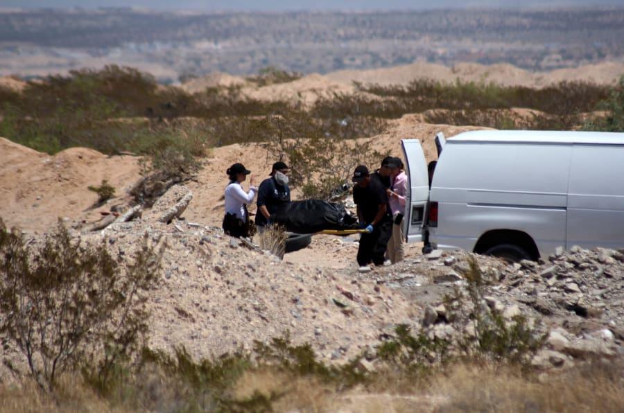 El cuerpo de una mujer envuelto en cobijas es resguardado en Ciudad Juárez.