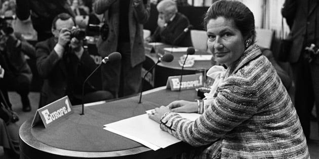 """Simone Veil, ministre de la Santé, avant l'émission du """"Club de la Presse"""" sur Europe 1, le 22 avril 1979 à Paris."""