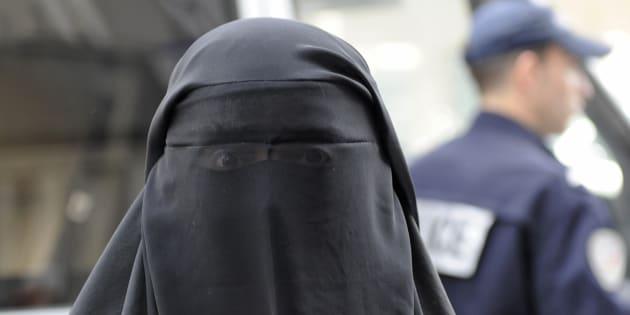 Une femme portant un voile intégral en avril 2011 à Paris, un an après l'interdiction de la burqa.