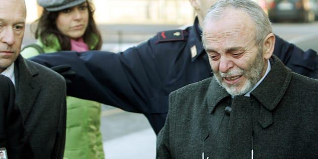 L'ultimo saluto di Carlo Castagna alla moglie Paola Galli, vittima della strage di Erba