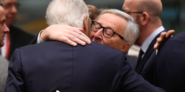 L'abbraccio tra Jean Claude Juncker e Michel Barnier, il negoziatore dell'Unione europea per la Brexit