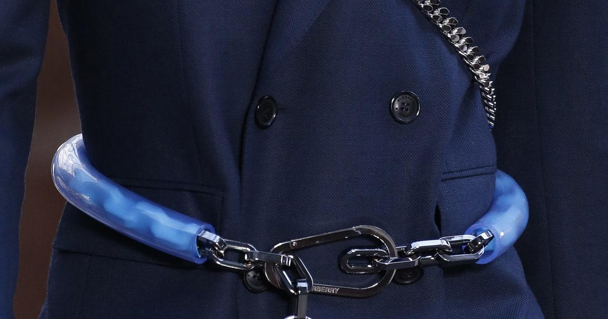 Fashion Week de Londres   des antivols de vélo en guise de ceinture-porte-parapluie  chez Burberry   Le Huffington Post 108d92ea048
