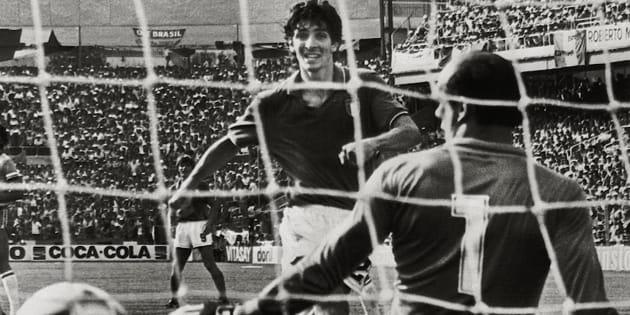 Un gol di Paolo Rossi (s) nella partita Italia-Brasile battendo il portiere Waldir Peres.  ANSA