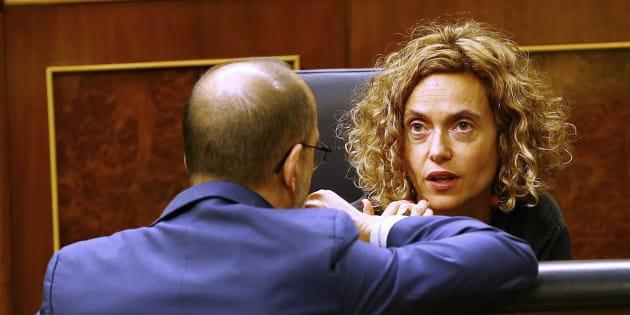 La ministra de Política Territorial, Meritxell Batet, conversa con el portavoz del PDeCAT en el Congreso, Carles Campuzano.