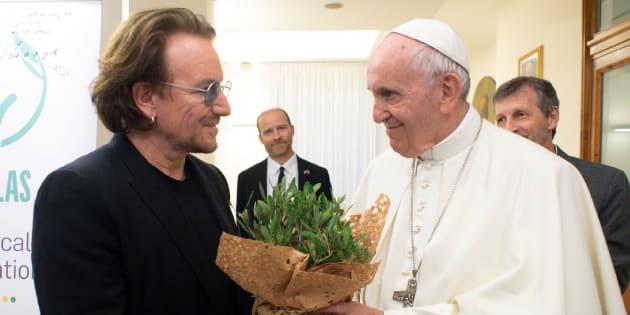 """Bono assure avoir vu la """"douleur sincère"""" du pape en lui parlant des agressions sexuelles du clergé"""