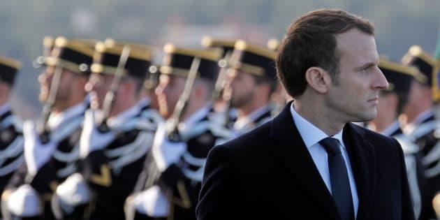 Le président Emmanuel Macron lors de l'inspection de troupes sur la base navale de Toulon.