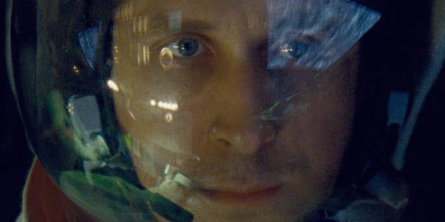 """Una foto di scena del film: """"First Man"""" di Damien Chazelle con Ryan Gosgling nei panni dell'astronauta Neil Armstrong"""
