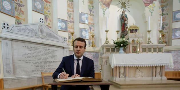 Emmanuel Macron signe un livre d'or à la Basilique Notre-Dame d'Afrique à Alger, le 14 février 2017.