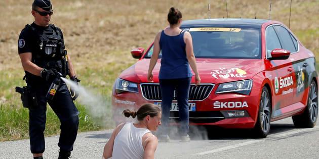 Étape 16 du Tour de France 2018: cette photo sur le vif d'un gendarme pendant la manifestation fait réagir