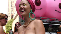「トップレス・デー」デモ、ニューヨークの街中で胸をはだけた女性たちが行進