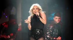 Lady Gaga en amour par-dessus la