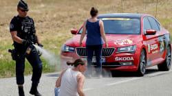 Cette photo sur le vif d'un gendarme sur le Tour de France fait
