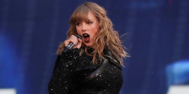 """Taylor Swift en concert à Londres dans le cadre de sa tournée mondiale """"Reputation Stadium Tour""""."""